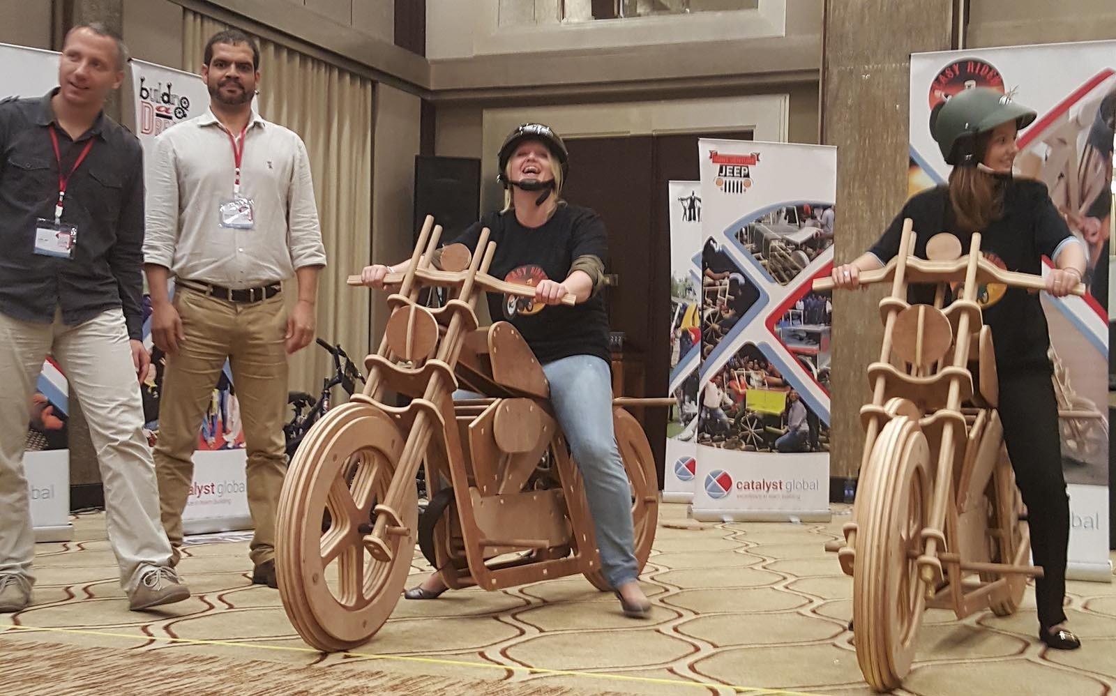 Jako vrcholne cislo celeho programu Easy Rider prichazi zavod na strojich ktere si teamy spolecne vytvorili