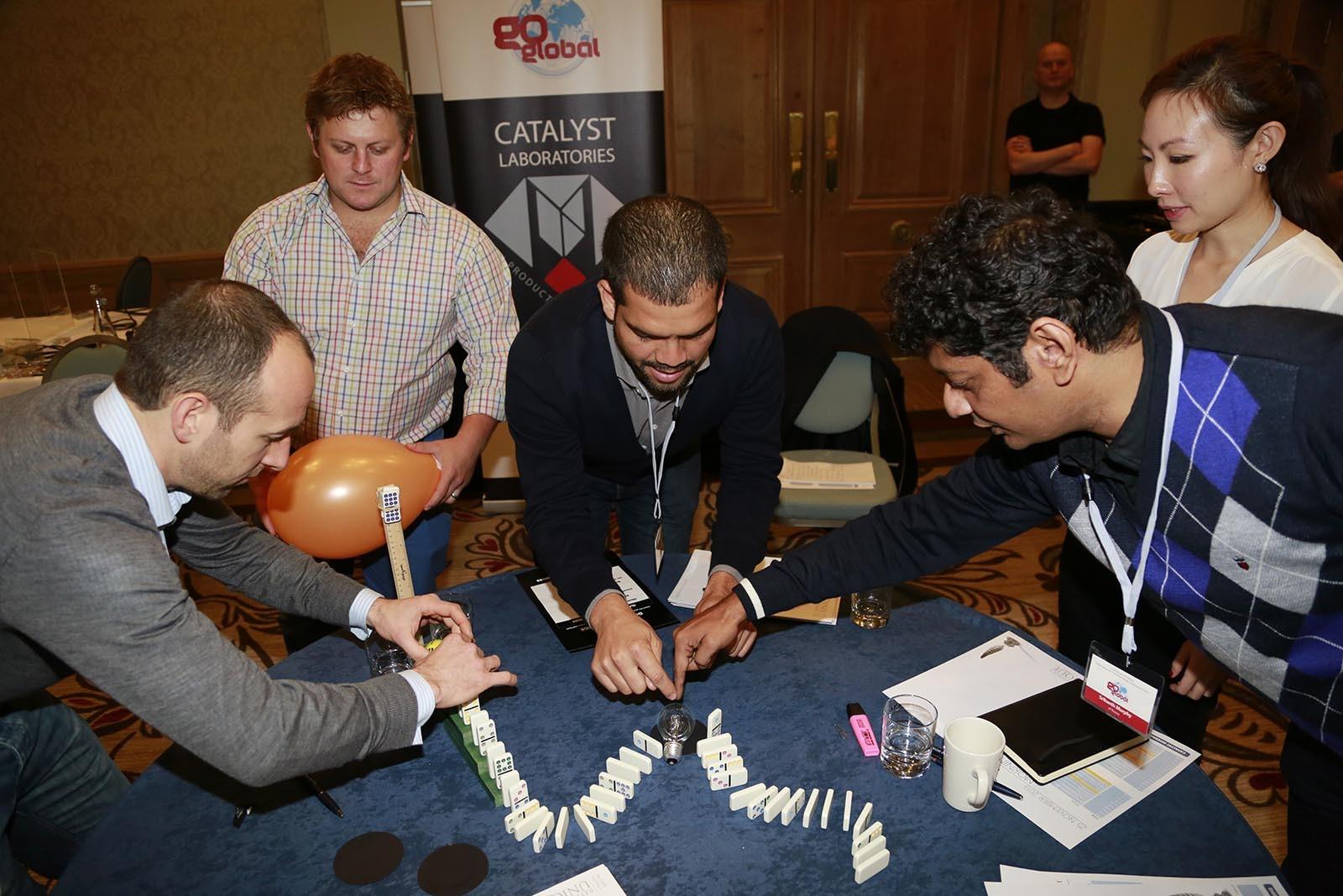 Kazdy clen teamu pripravuje cast drahy pri programu Domino Effect