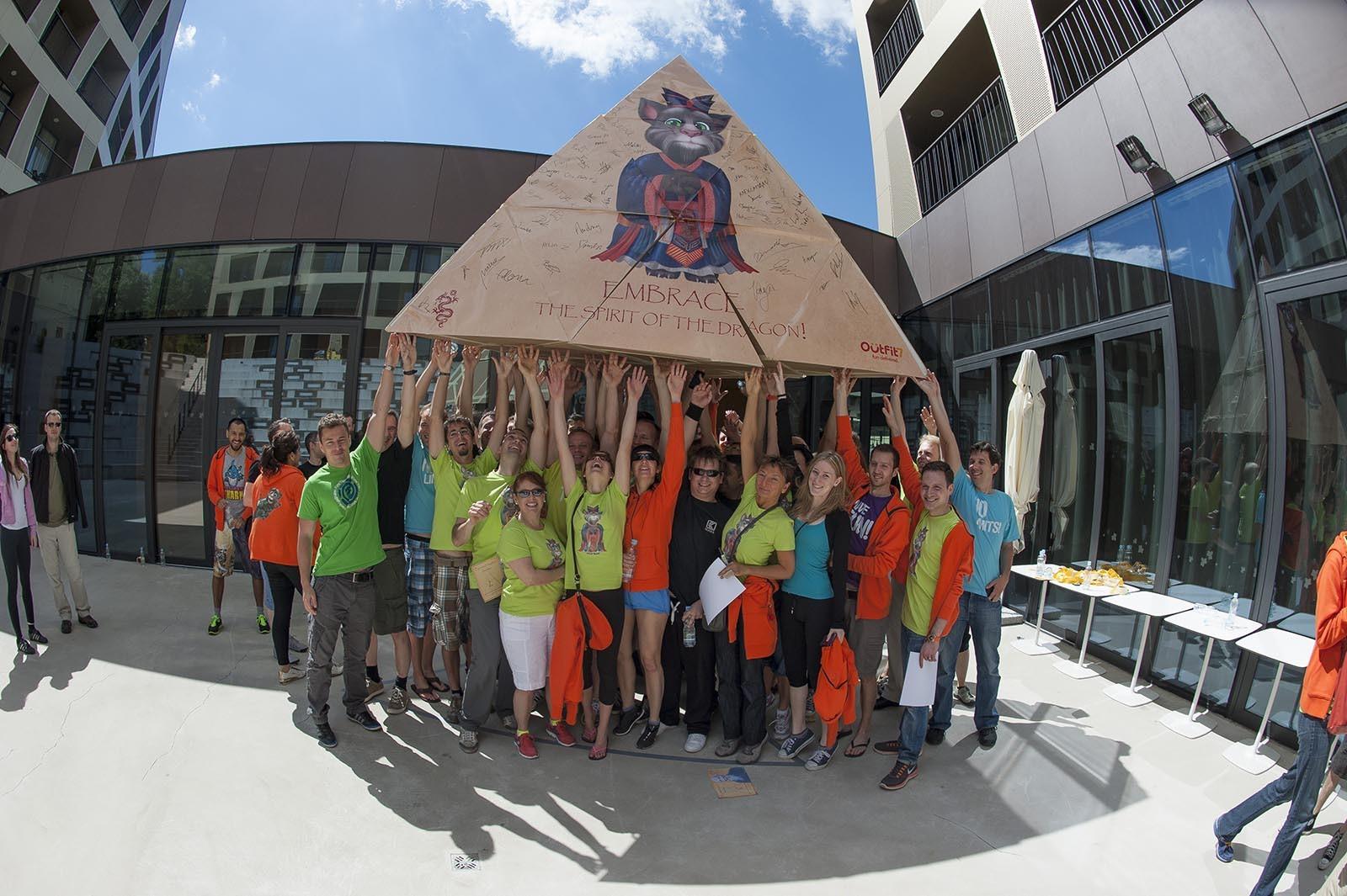 Na konci staveni se teamy foti s pyramidou, kterou dohromady vytvorili pri aktivite Flat Out Pyramids