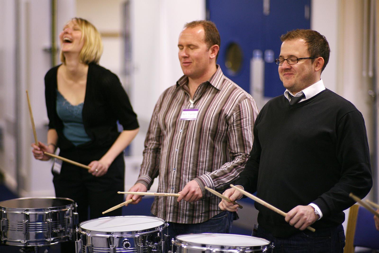 Panove se snazi soustredit na stejny rytmus pri aktivite Orchestrate