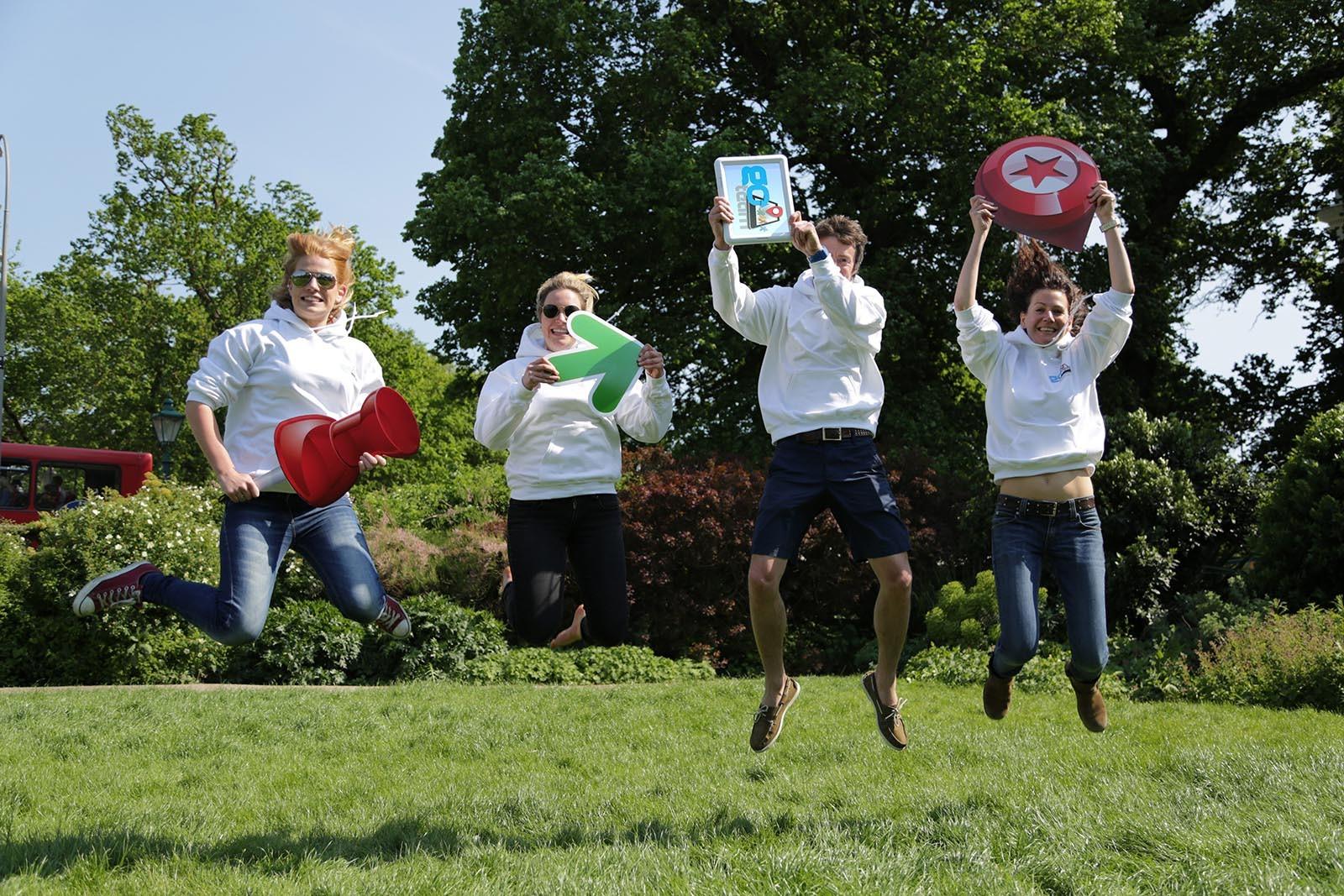 Skupina plni ukol ve hre Go Team kde musi byt na fotce vsichni ve vzduchu