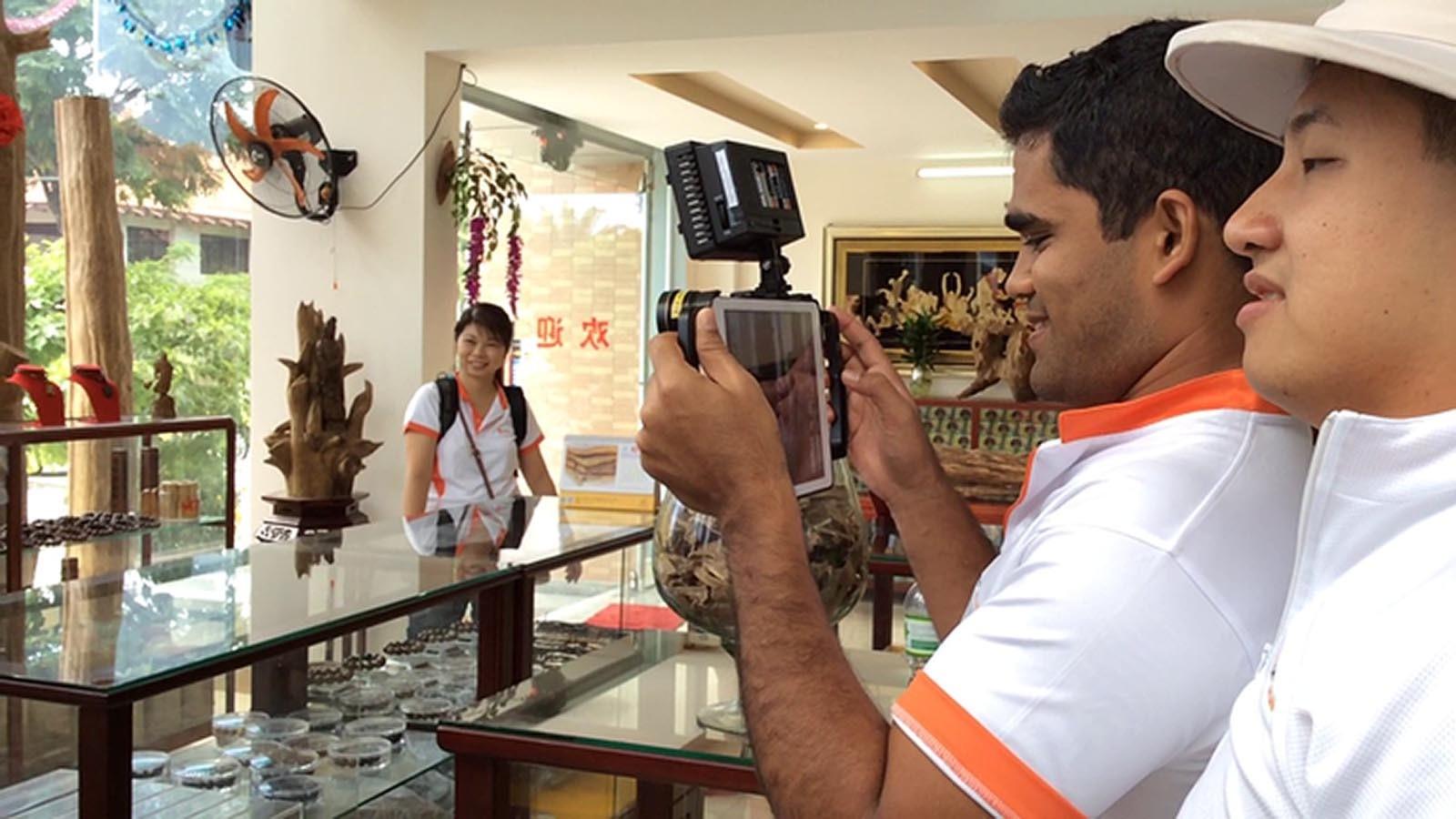 Team nataci zabery z mistniho obchodu a zjistuje informace o miste v Travel Show