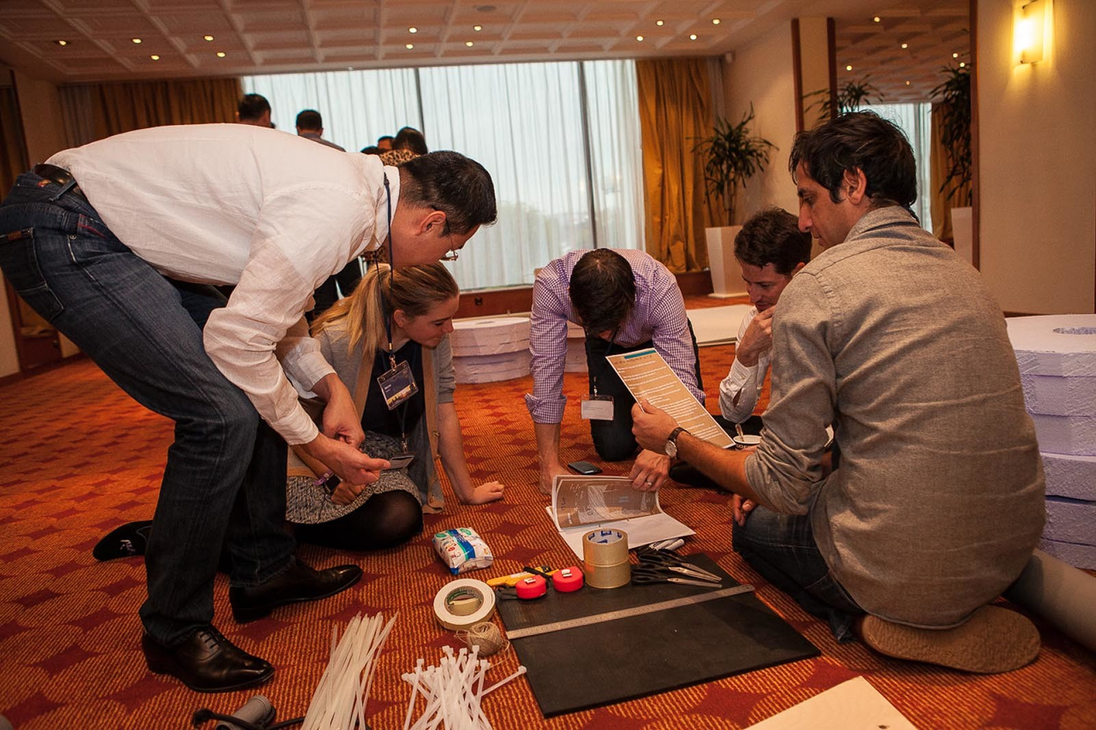 Team planuje strategii a snazi se pochopit princip stavby formule ve hre Flat Out Formula 1