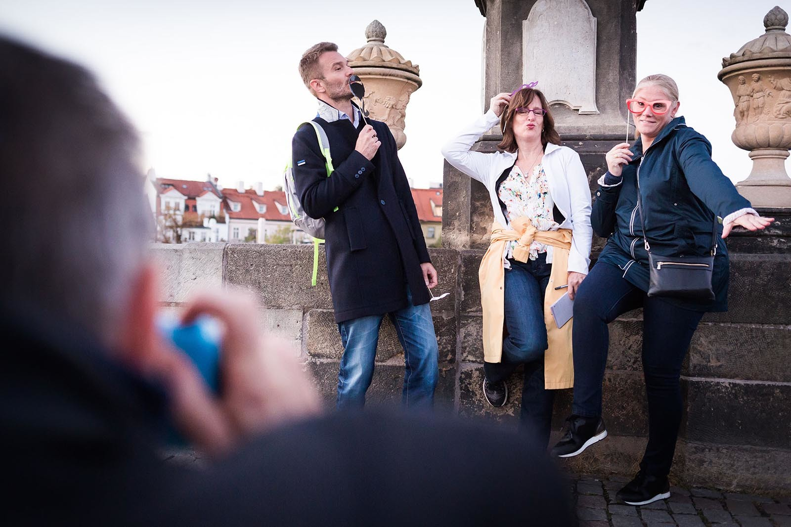 Team plni photo ukol na Karlove mostu ve hre Photopoly