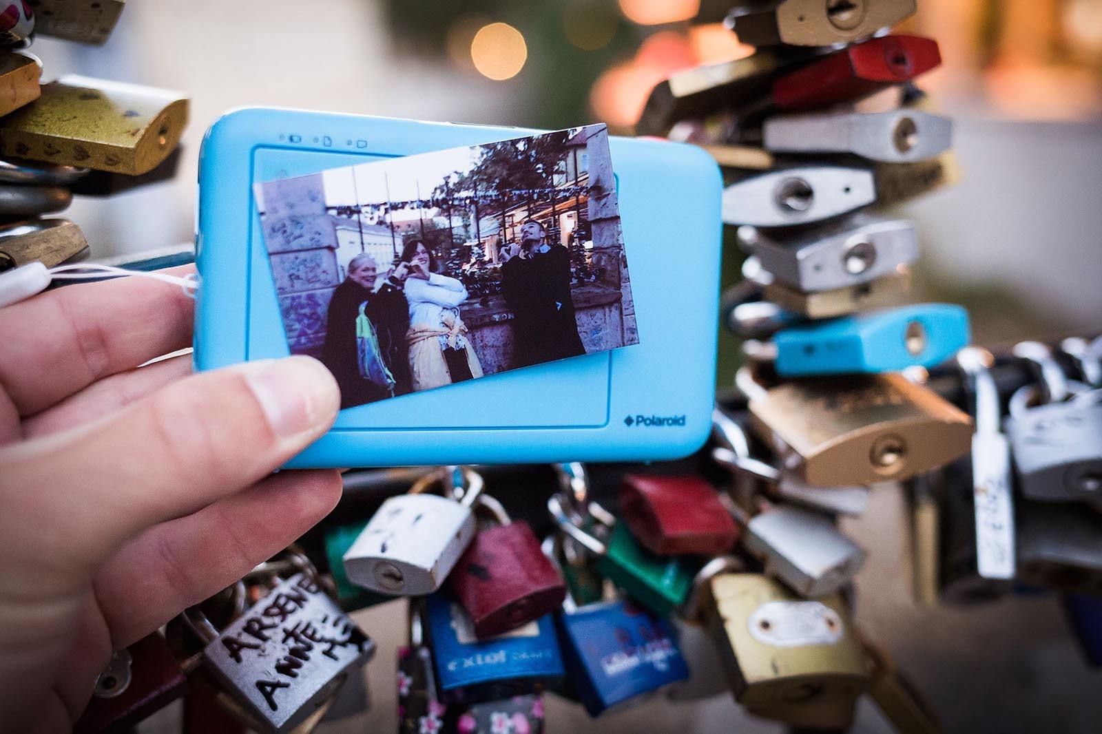 Team se v centru Prahy vyfotil polaroidem pri hre Photopoly