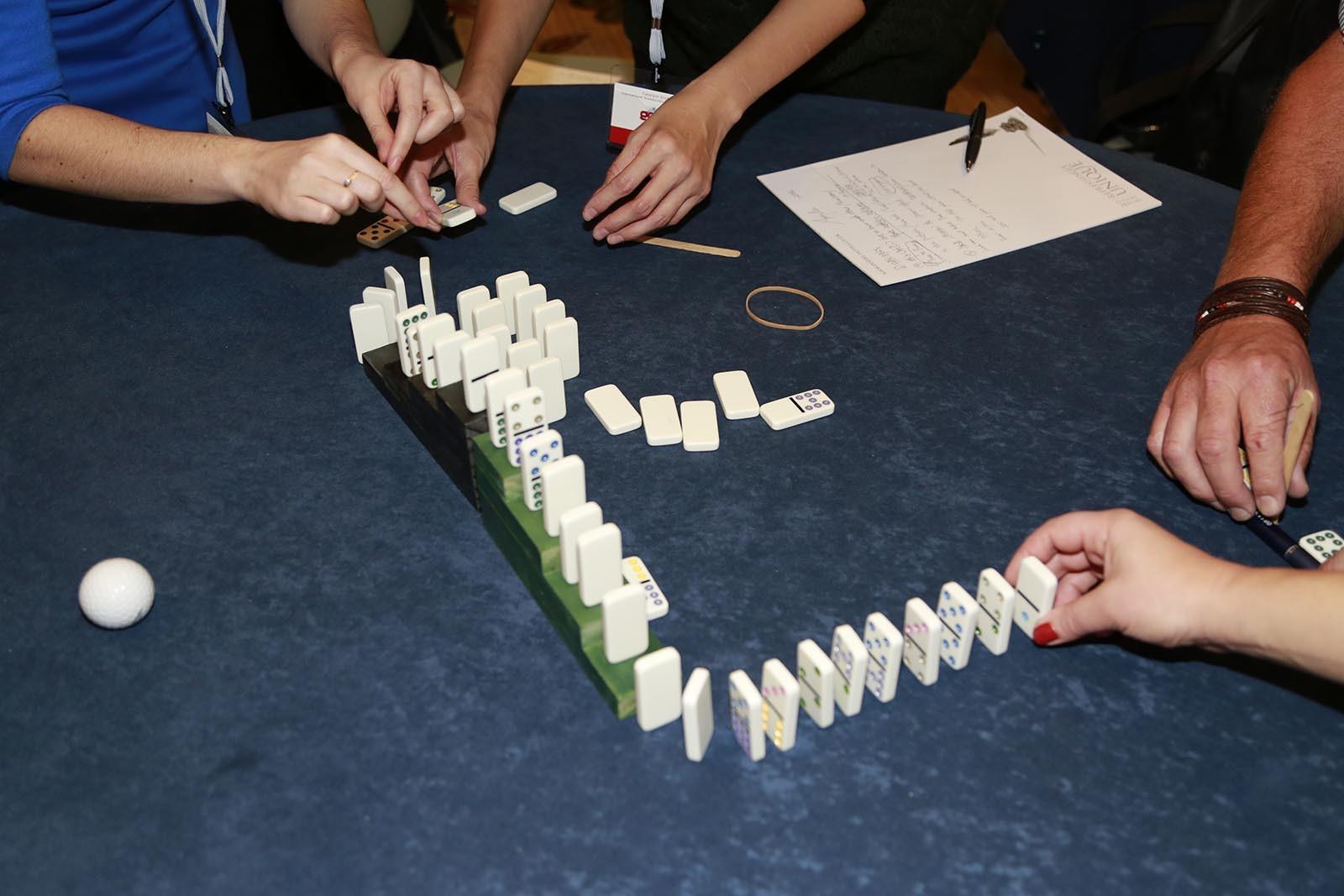 Team si pripravil plan a ted zkousi jeho provedeni ve hre Domino Effect