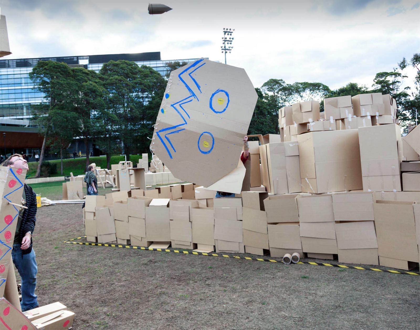 Team zkousi vlastnorucne vyrobeny katapult v aktivite The Box Empire