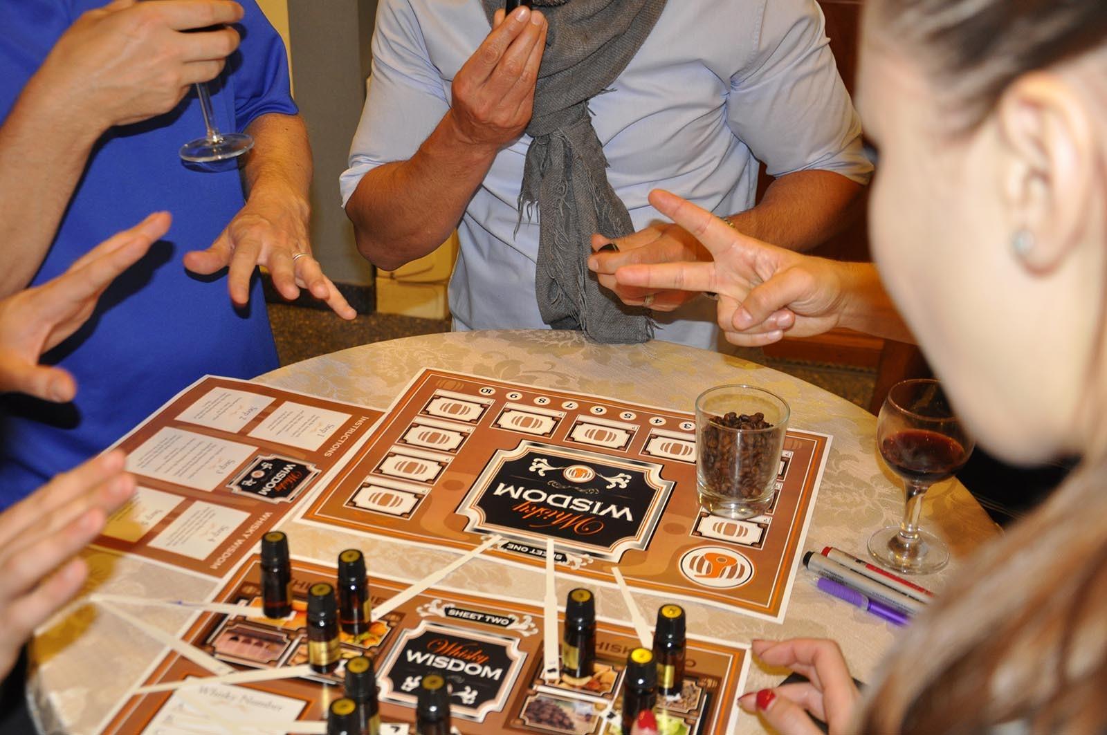 Teamy se snazi rozpoznat a urcit jednotlive slozky whisky pri hre Whisky Wisdom