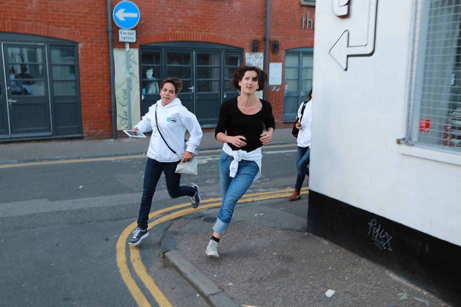 Ucastnici hry Go Team plni ukol na cas ktery si vybrali pri prohlidce mesta