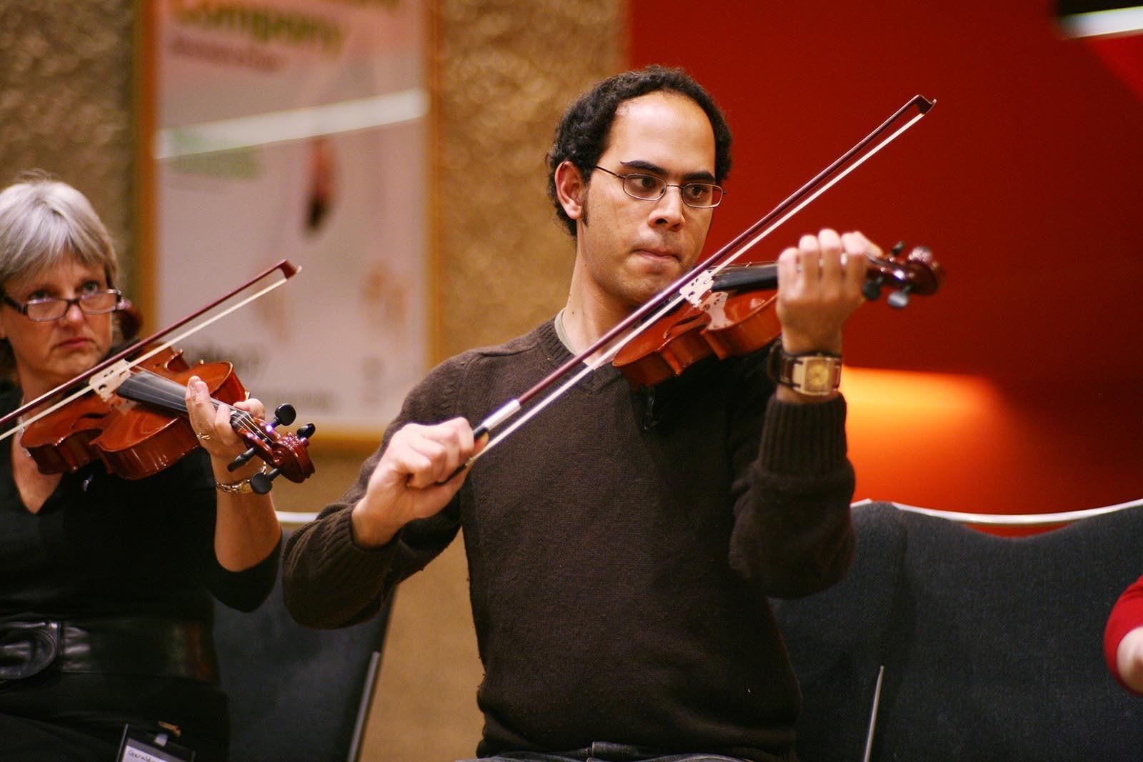 Ucastnik aktivity Orchestrate se soustredi na nelehky ukol jakym je hra na housle