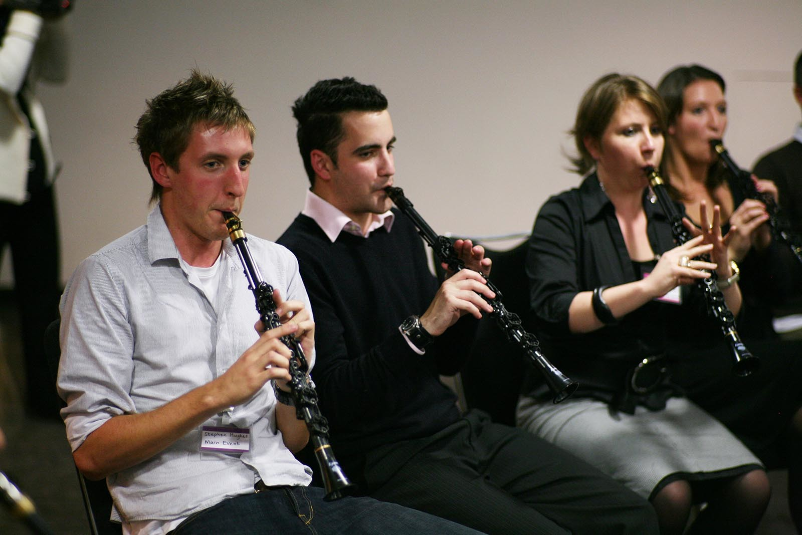 V aktivite Orchestrate hraje nekdo na housle a nekdo na zestove nastroje