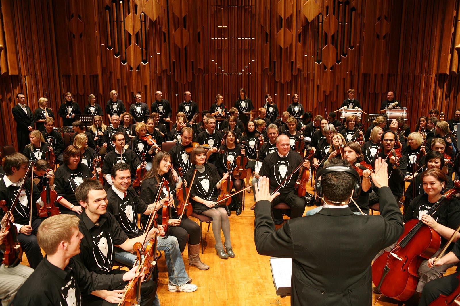 Vsichni jsou pripraveni na zaverecne vystoupeni v hudebni hre Orchestrate