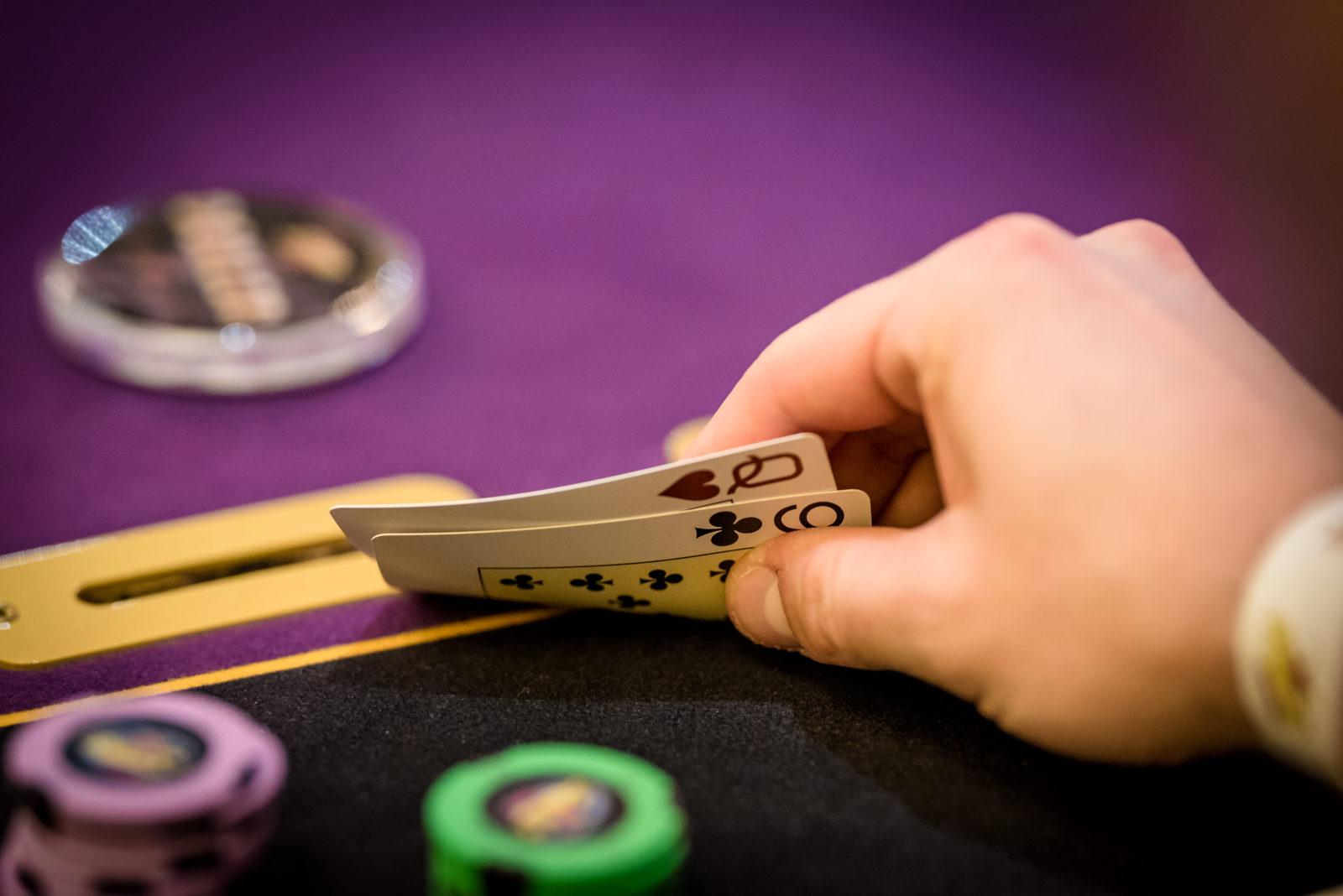 Hrac pokeru kouka na karty pred tim nez rekne all in
